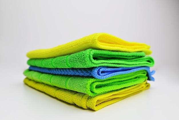 Schoonmaak handdoeken microfiber doek geïsoleerd tegen een witte achtergrond gevouwen schoonmaak textiel servetten kleurrijke stapel huishoudelijke reiniging uitgezet gekleurde microfiber vodden voor het reinigen