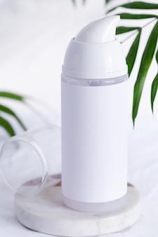 Schoonmaak lotion fles mock up op een marmeren tafel
