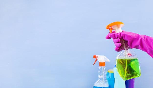 Schoonmaak service concept. kleurrijke reinigingsset voor verschillende oppervlakken in keuken, badkamer en andere ruimtes. banner.