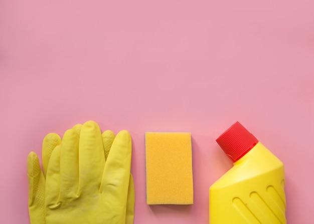 Schoonmaak spullen. reinigingsapparatuur in gele en rode kleuren.