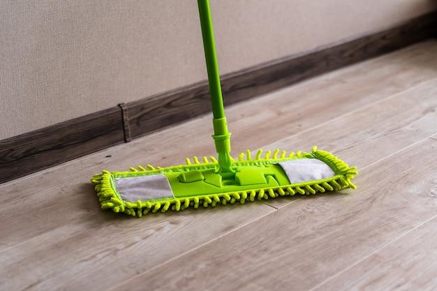 Schoonmaak spullen. woonkamervloer dweilen. groene dweil.