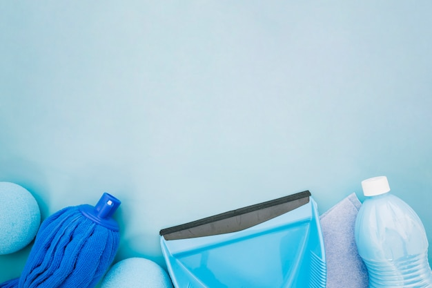 Schoonmaakconcept met stofpan en ruimte bovenop