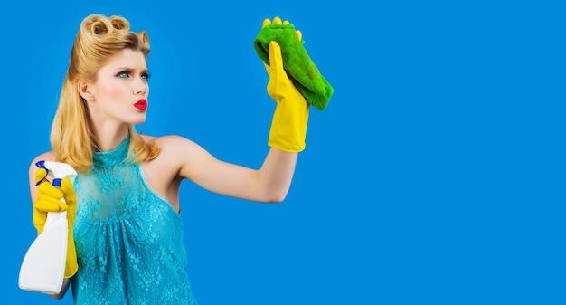 Schoonmaakdienst. huishoudelijke taken. huishoudster in beschermende handschoenen met schone spray en doek.
