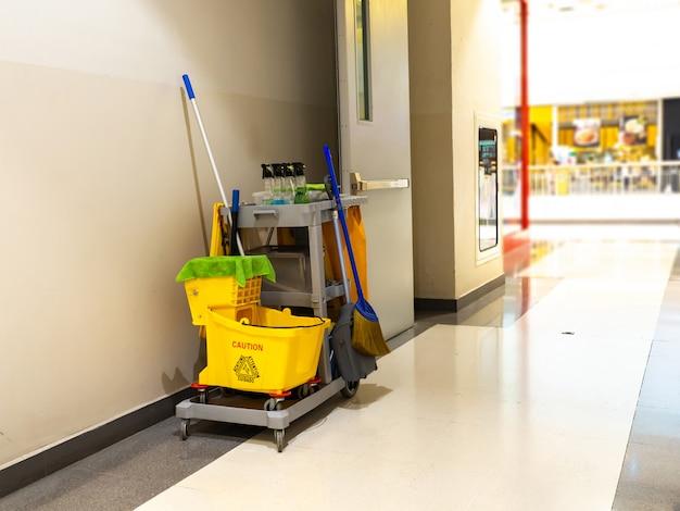 Schoonmaakgereedschap winkelwagen wachten op meid of schoner in het warenhuis