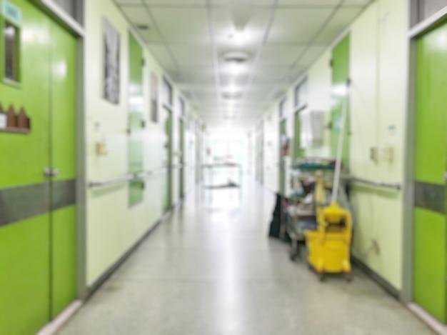 Schoonmaakgereedschap winkelwagen wachten op meid of schoonmaker in het ziekenhuis.