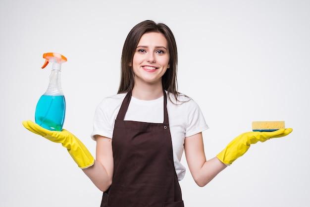 Schoonmaakmiddel. de glimlachende blauwe geïsoleerde fles van de vrouwengreep. huishoudster geïsoleerd portret.