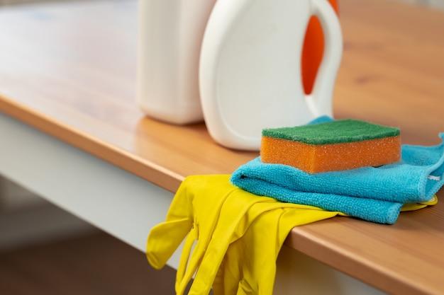 Schoonmaakmiddelen en gereedschappen op een aanrecht