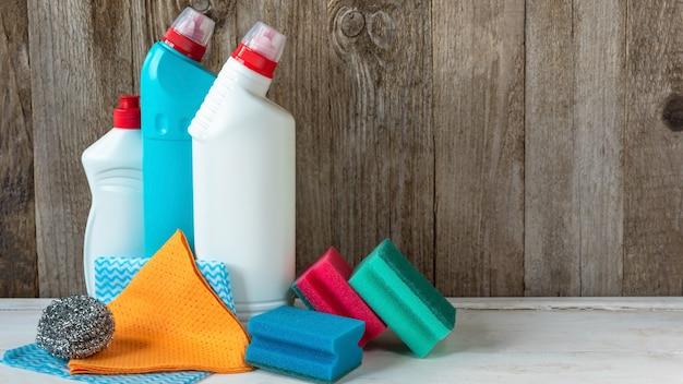 Schoonmaakmiddelen voor schoonmaak, sponzen en poetslappen. kopieer ruimte.