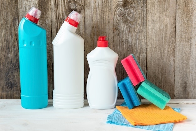 Schoonmaakmiddelen voor schoonmaak, sponzen en poetslappen.