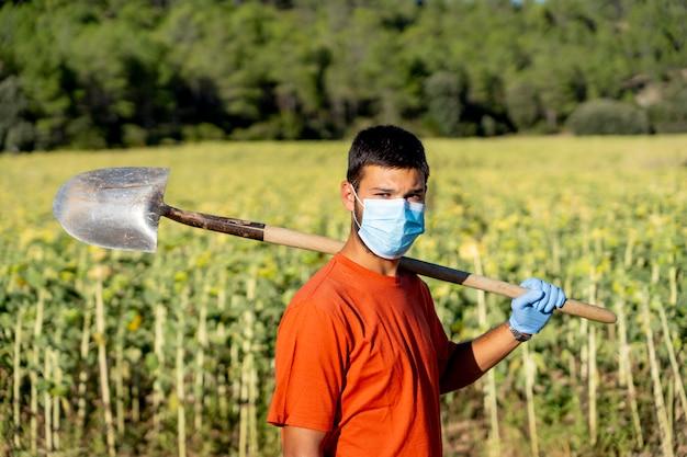 Schoonmaakpersoneel met maskers poseren