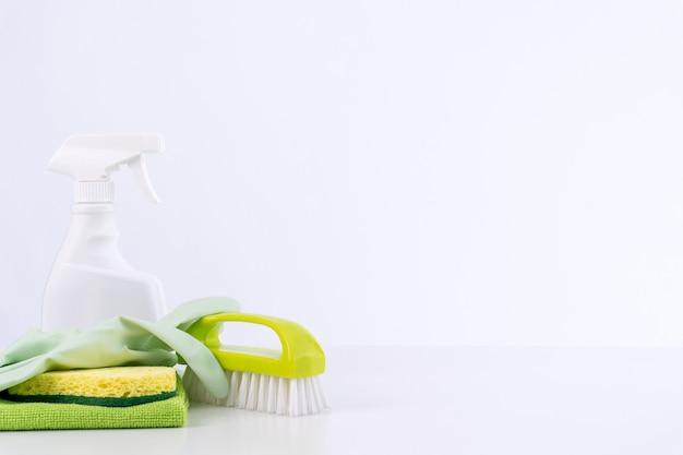 Schoonmaakproduct gereedschapsapparatuur, concept van huishouding, professionele schone service, benodigdheden voor huishoudelijk werk