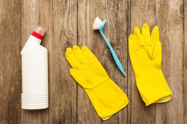 Schoonmaakproducten en sponzen voor schoonmaakruimtes.