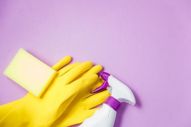 Schoonmaakproducten. huis schoonmaken concept. lila achtergrond. plaats voor typografie en logo. kopieer ruimte. plat leggen. top