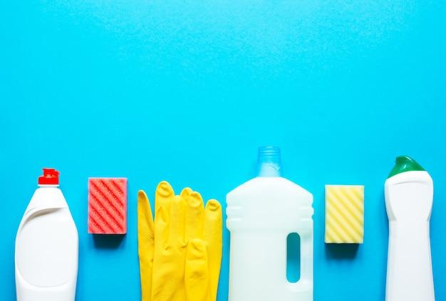 Schoonmaakproducten op blauwe tafel