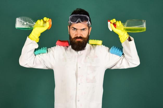 Schoonmaakservice schoonmaakproducten sirious bebaarde man met schoonmaakproducten