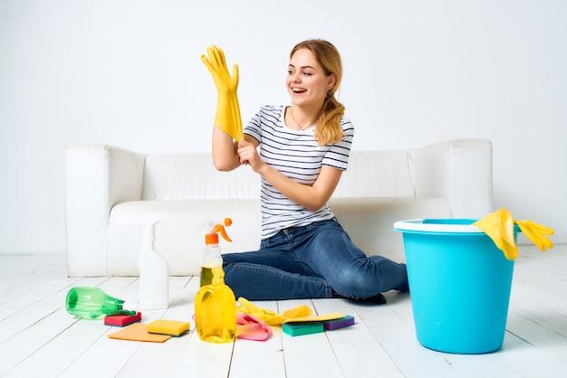 Schoonmaakster in de buurt van de bank schoonmaakbenodigdheden dienstverlening