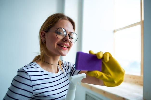 Schoonmaakster met een spons in haar handen