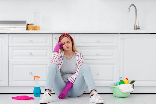 Schoonmaakster zittend op de vloer