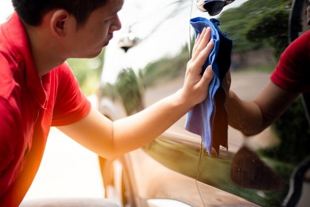 Schoonmaken gebruik een autohanddoek om de auto te wassen