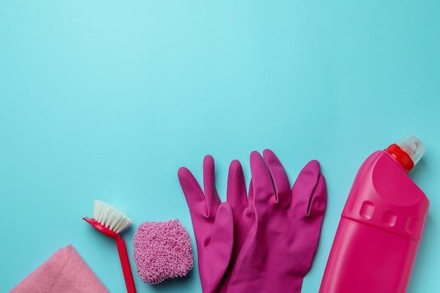 Schoonmakend concept met het schoonmaken van hulpmiddelen op blauwe geïsoleerde achtergrond