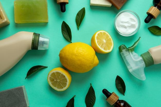 Schoonmakend concept met milieuvriendelijke schoonmakende hulpmiddelen en citroenen op munt geïsoleerde achtergrond