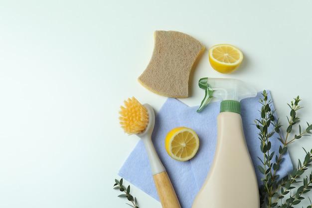 Schoonmakend concept met milieuvriendelijke schoonmakende hulpmiddelen op wit geïsoleerde achtergrond