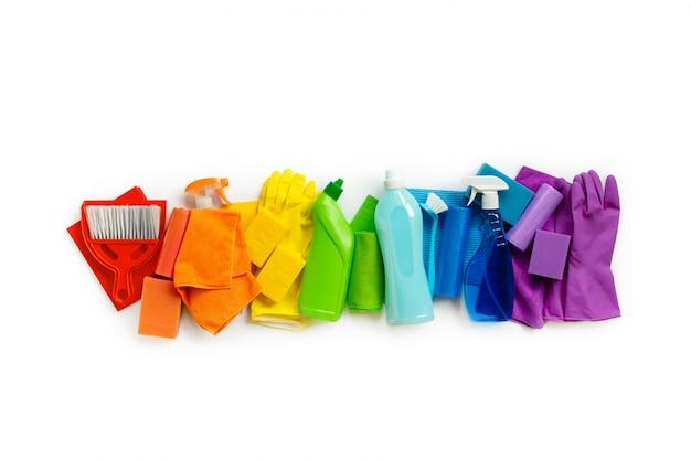 Schoonmakende producten en hulpmiddelenreeks regenboogkleuren die op wit worden geïsoleerd