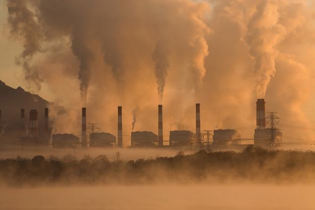 Schoorsteen van een met kolen gestookte energiecentrale.