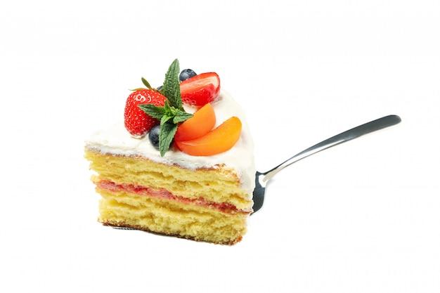 Schop met de cake van de bessenroom op witte achtergrond wordt geïsoleerd die