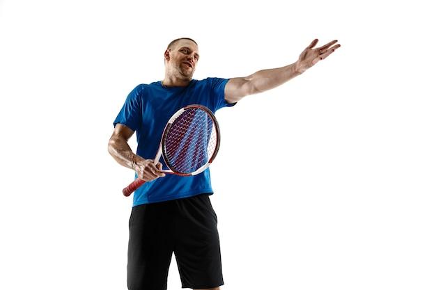 Schot gaat wijd. benadrukte tennisser die ruzie maakt met scheidsrechter, scheidsrechter, grensrechter of dienstrechter bij de rechtbank. menselijke emoties, nederlaag, crash, mislukking, verliesconcept. atleet geïsoleerd op wit