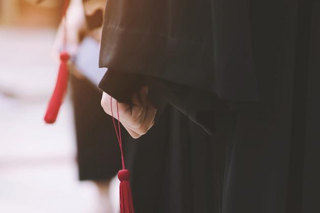 Schot van afstudeerhoeden tijdens aanvangssucces afgestudeerden van de universiteit, felicitatie conceptonderwijs. afstudeerceremonie, feliciteerde de afgestudeerden van de universiteit tijdens het begin.