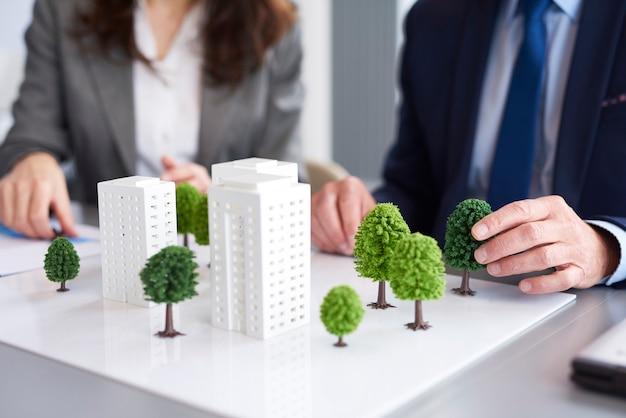 Schot van architectonisch model op de tafel in het kantoor
