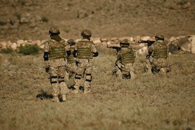 Schot van armeense militaire soldaten die trainen in een droog veld