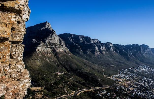 Schot van bergen en een stad in het nationale park van de tafelberg, zuid-afrika