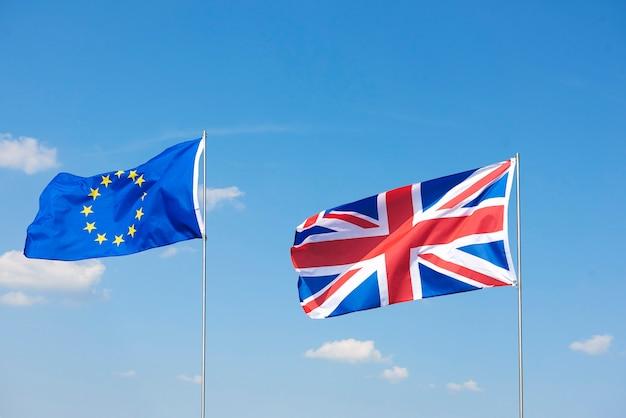 Schot van brexitvlaggen die buiten zwaaien