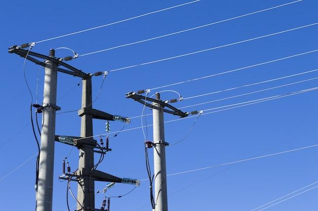 Schot van elektrische palen en lijnen tegen een blauwe achtergrond