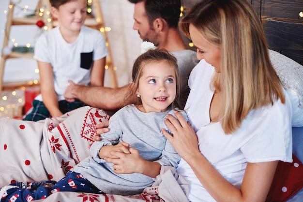 Schot van gelukkige familie in kerstochtend