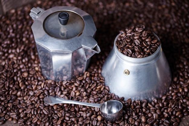 Schot van koffiemolen onder koffiebonen