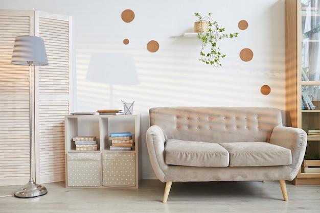 Schot van moderne woonkamer interieur met sofa bij daglicht