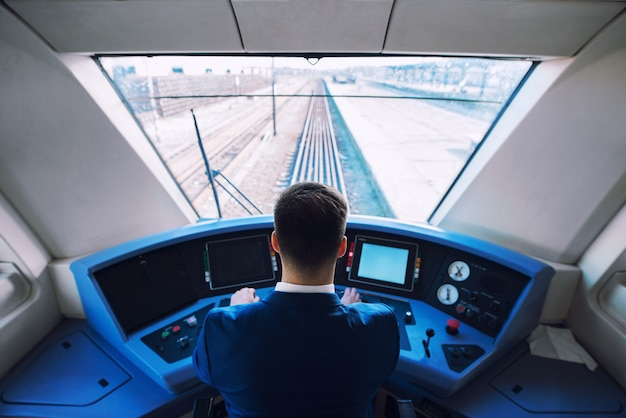 Schot van trein cockpit interieur met chauffeur zitten en rijden trein