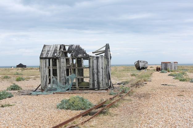 Schot van verlaten huisruïnes in het midden van nergens