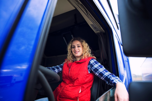 Schot van vrouwenbestuurder die in vrachtwagencabine zitten