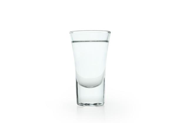 Schot van wodka of tequila geïsoleerd op wit