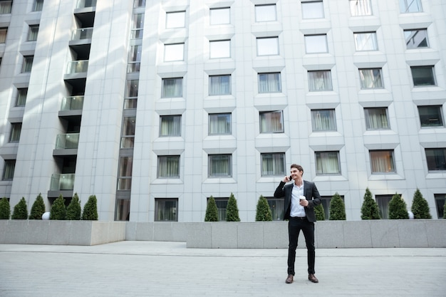 Schot van zakenman tegen groot gebouw