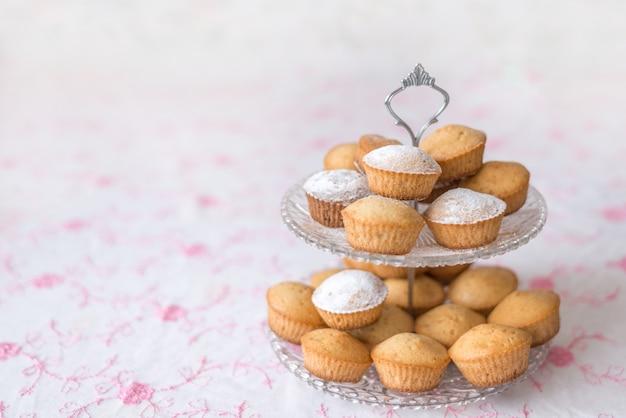 Schotel glazen stapelbed met cupcakes