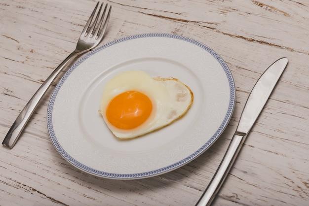 Schotel met bestek en een gebakken ei