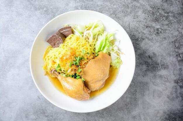 Schotel met verse zelfgemaakte kippensoep, noedels en groenten
