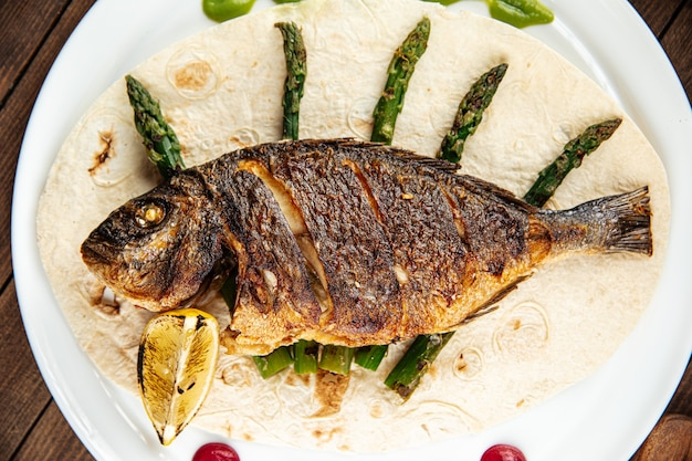 Schotel van gastronomische gegrilde dorada vis