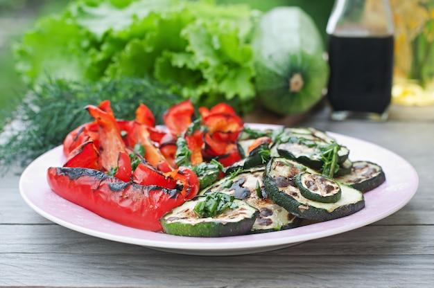 Schotel van gegrilde groenten (courgette, paprika, rode ui)