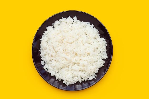 Schotel van rijst op gele achtergrond.